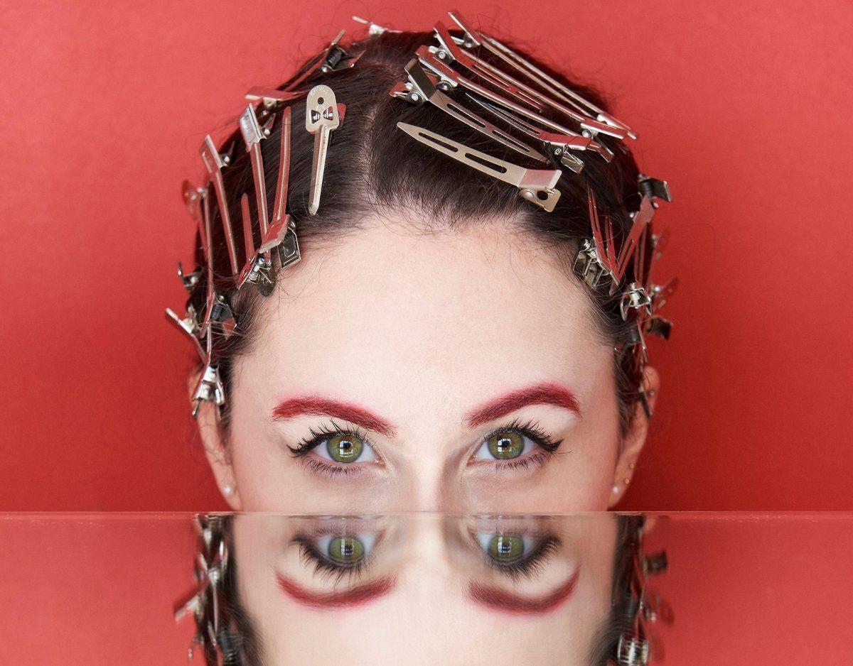 Frau mit roter Augenbrauenform
