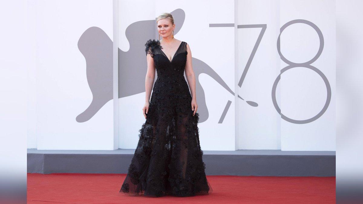Kirsten Dunst im Gothic-Look bei den Filmfestspielen in Venedig.. © imago/ZUMA Wire