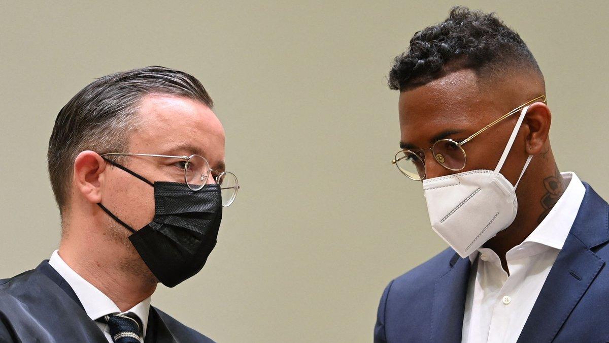 Jérôme Boateng mit seinem Anwalt bei Prozessauftakt.. © getty/CHRISTOF STACHE / AFP via Getty Images