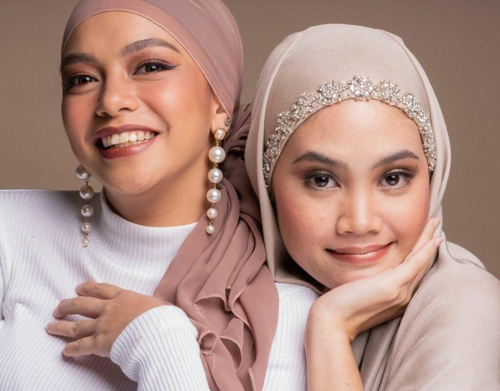 zwei junge frauen mit hijab und ohrringen
