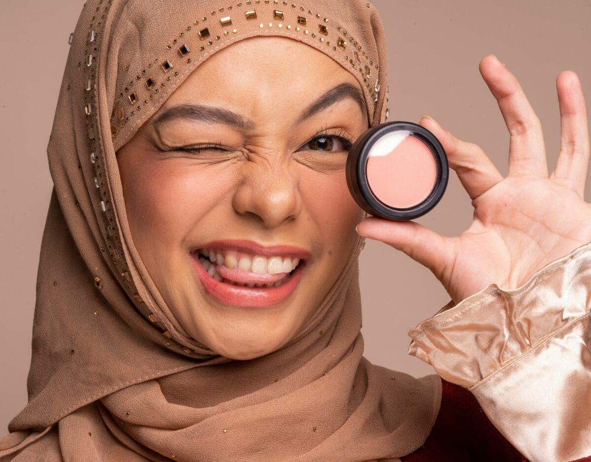 Junge Frau it Hijab und Make up