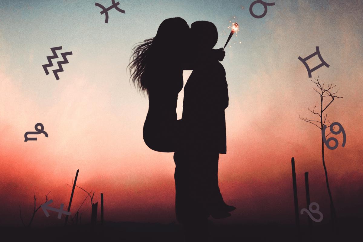 Ein Paar küsst sich vor einem Nachthimmel mit astrologischen Tierkreiszeichen.