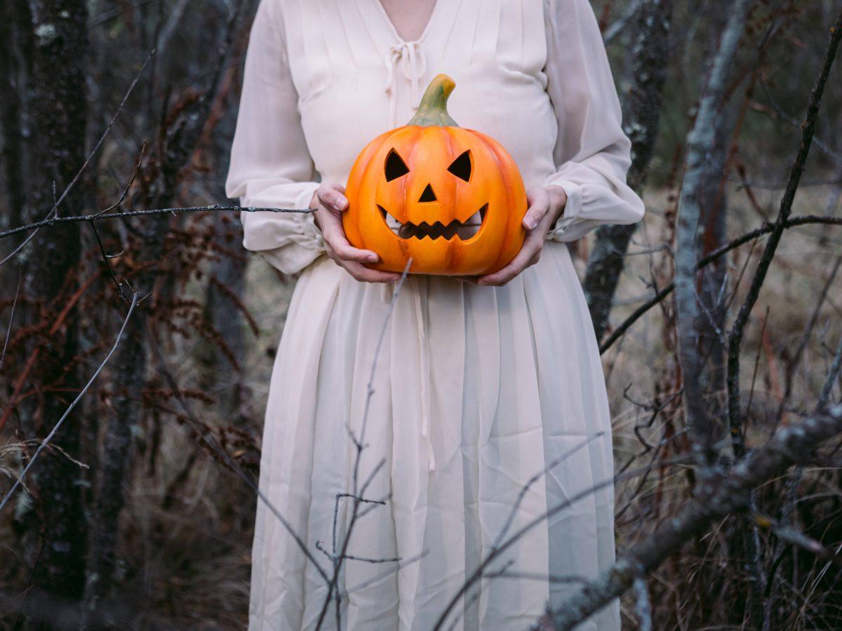 Frau mit Kürbis Halloween