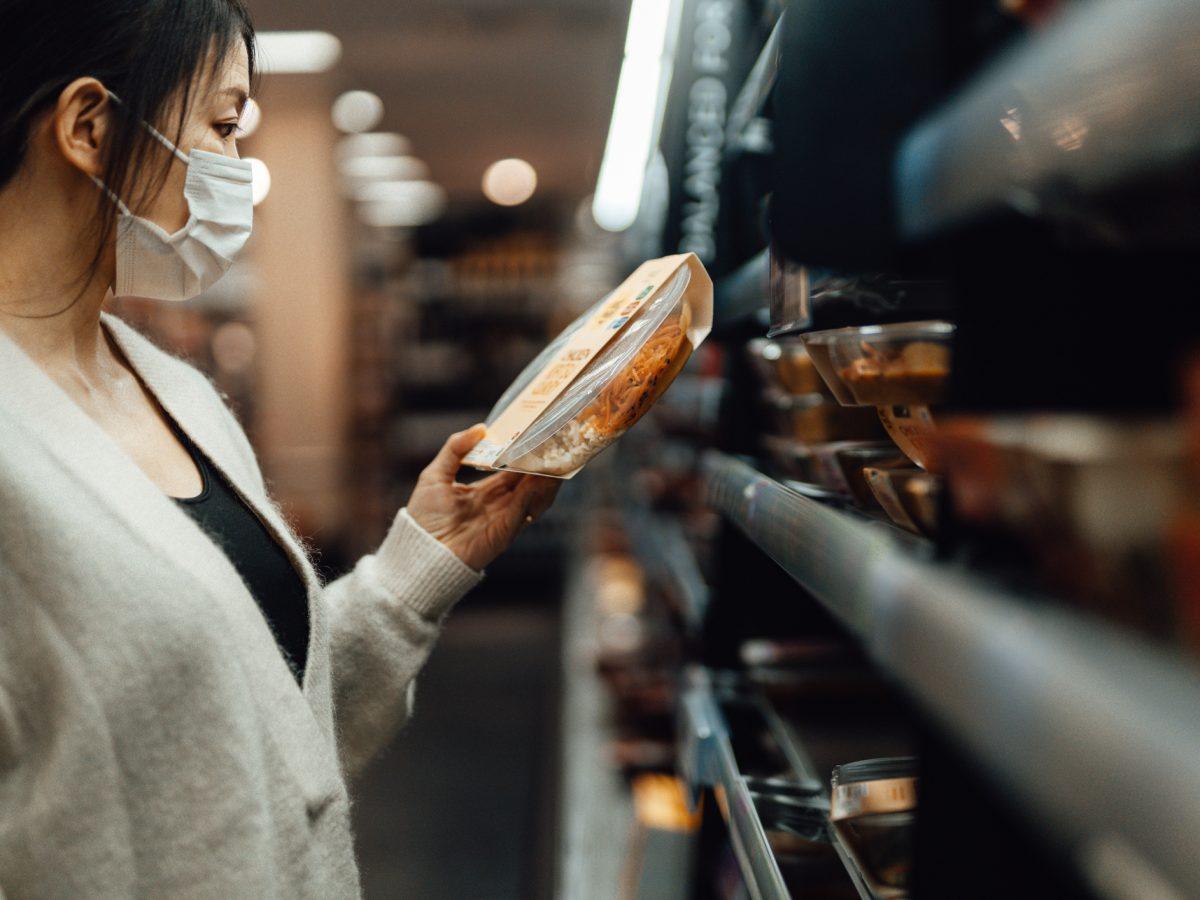 frau supermarkt