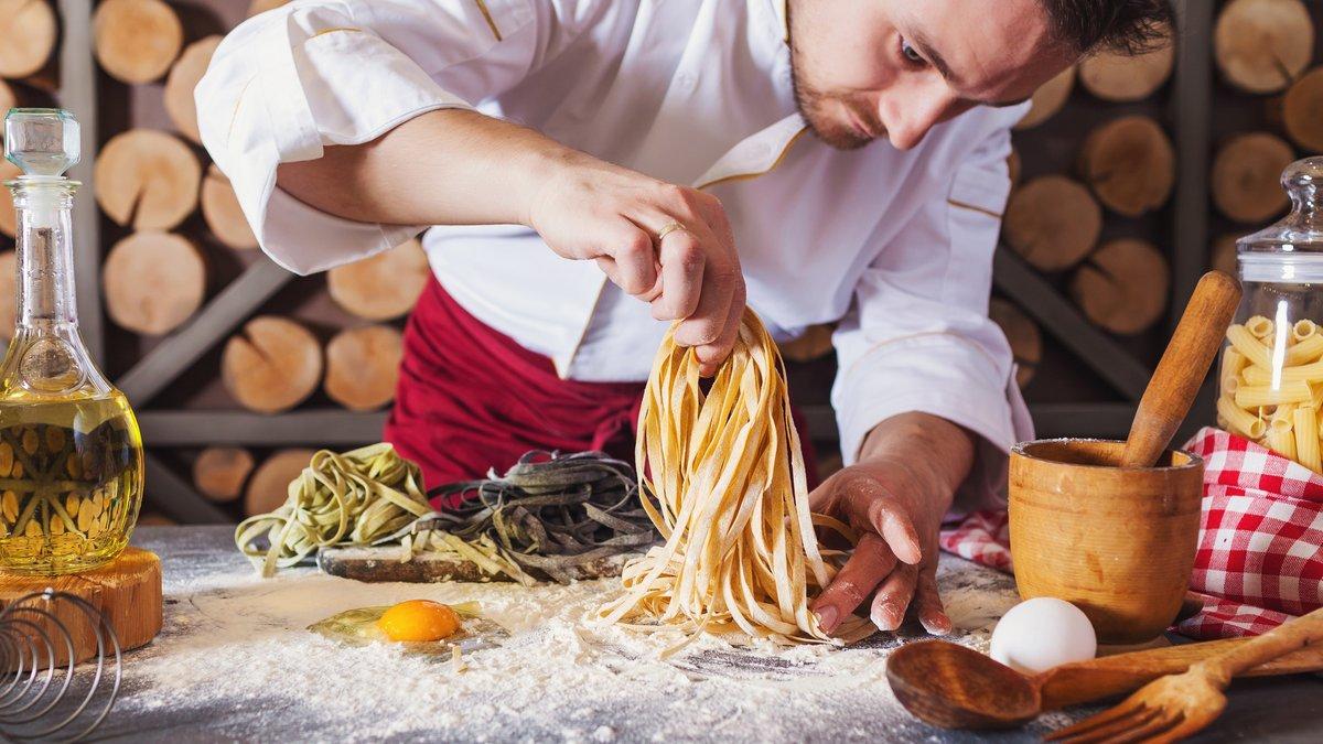 Ob mit oder ohne Nudelmaschine: So gelingt selbstgemachter Pastateig jedes Mal.. © SunKids/Shutterstock.com