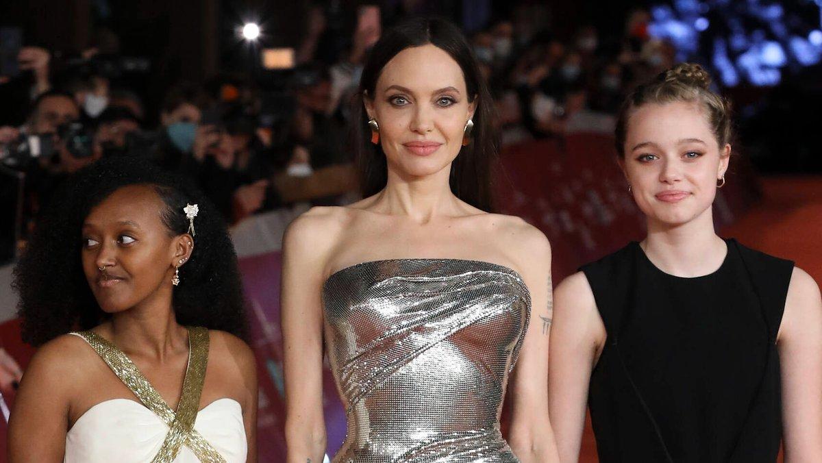 """Angelina Jolie mit ihren Töchtern Zahara (l.) und Shiloh Jolie-Pitt bei der """"Eternals""""-Premiere in Rom.. © imago/Emmefoto"""