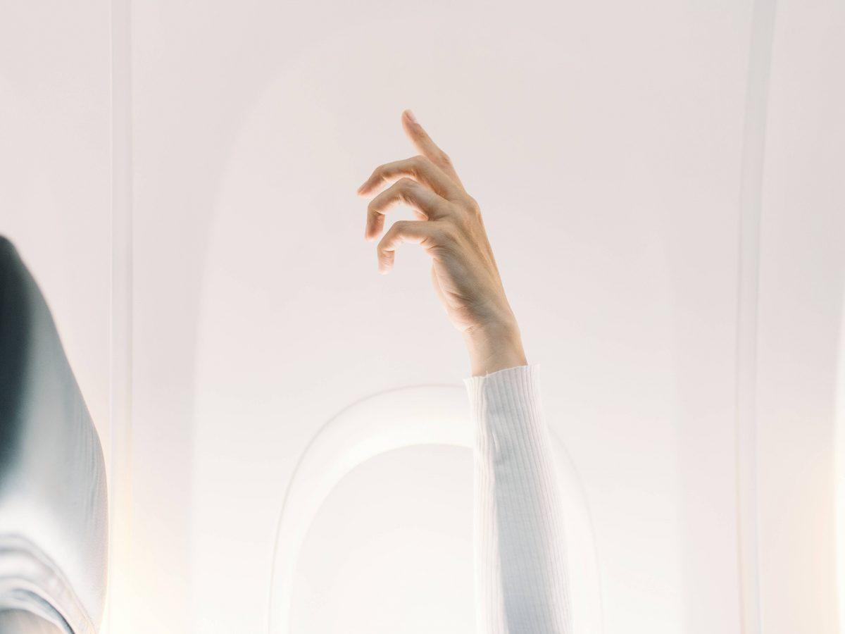 Hand im Flugzeug