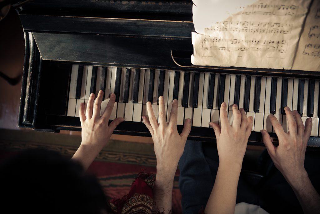 Mann und Frau am Klavier